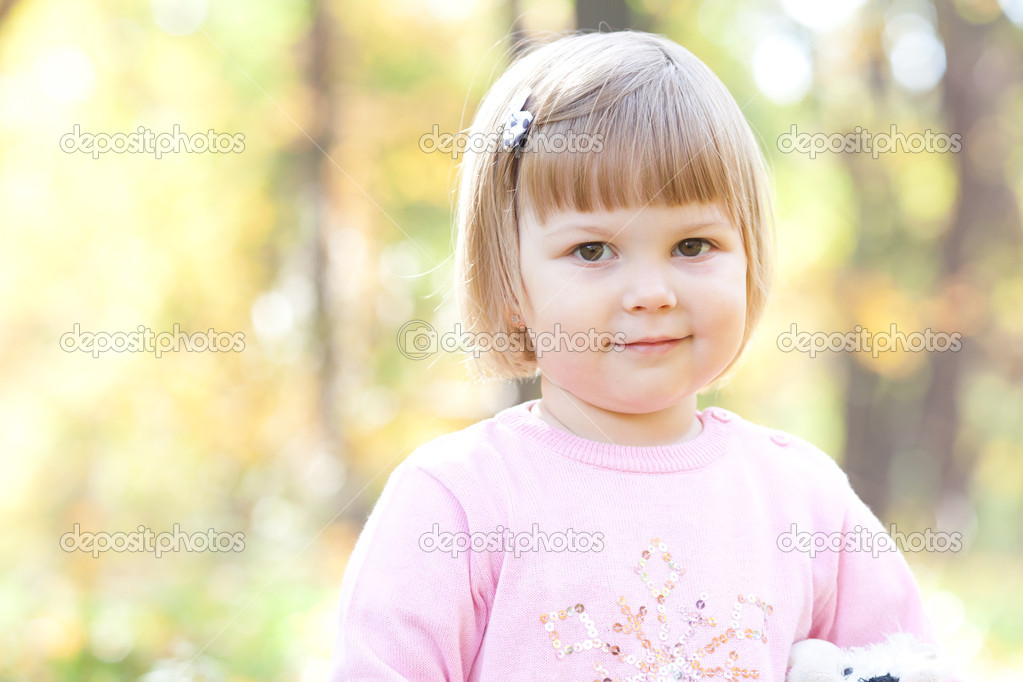 Beautiful little girl on the autumn forest — Stock Photo #18873173