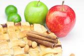 Tarta de manzana, manzanas, canela y limón aislado en blanco — Foto de Stock