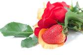 Ramo de rosas coloridas y fresa aislado en blanco — Foto de Stock