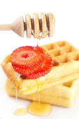 Belgische wafels en aardbeien op een plaat, stick voor honing en — Stockfoto