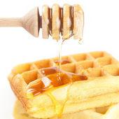 Belgische wafels op een plaat, stok voor honing en honing geïsoleerde o — Stockfoto