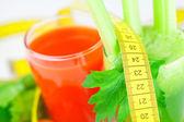 Pomiar taśmy, kieliszek soku z selera i kieliszek soku z marchwi — Zdjęcie stockowe