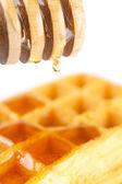 Belgijskie gofry na talerzu, trzymać dla miodu i miód na białym tle o — Zdjęcie stockowe