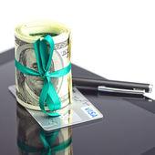Tablet, tüp dolar, kredi kartı ve üzerinde beyaz izole kalem — Stok fotoğraf