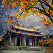 Traditional temple with nice maple — Stock Photo