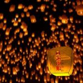 Lanternes colorées dans le ciel du soir — Photo