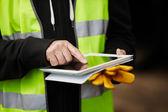 Trabajador de la construcción utilizando tableta digital — Foto de Stock