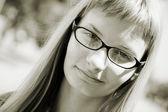 Mladá žena s brýlemi — Stock fotografie