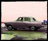 In regnerischen tag auto in der nähe der anlegestelle linie — Stockfoto