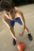 Joven basquetbolista — Foto de Stock