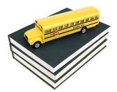 Skolbussen och läroböcker — Stockfoto