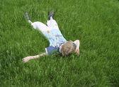 Chłopiec na zielonej trawie — Zdjęcie stockowe