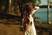 Meisje in het bos — Stockfoto