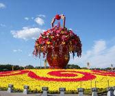 Blommade säng i centrum av Himmelska fridens torg, beijing, Kina — Stockfoto