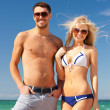 Foto Stock: Happy couple in sunglasses on the beach