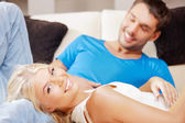 Couple heureux à la maison — Photo