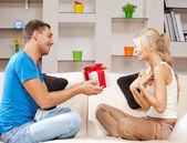 Glückliches liebespaar mit geschenk — Stockfoto