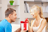 Feliz casal romântico com dom — Foto Stock