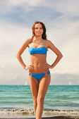 Happy smiling woman walking on the beach — Stockfoto