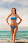 Heureuse femme souriante, marchant sur la plage — Photo