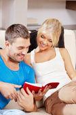 家庭で幸せなカップル — ストック写真