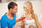 Pareja romántica bebiendo vino — Foto de Stock
