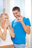 Lyckliga paret med nycklar — Stockfoto