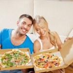 romantisch zu zweit zu Hause essen pizza — Stockfoto