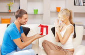 Feliz pareja romántica con regalo — Foto de Stock