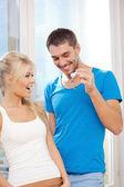 Счастливая пара с ключами — Стоковое фото