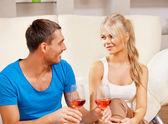 Casal romântico bebendo vinho — Foto Stock