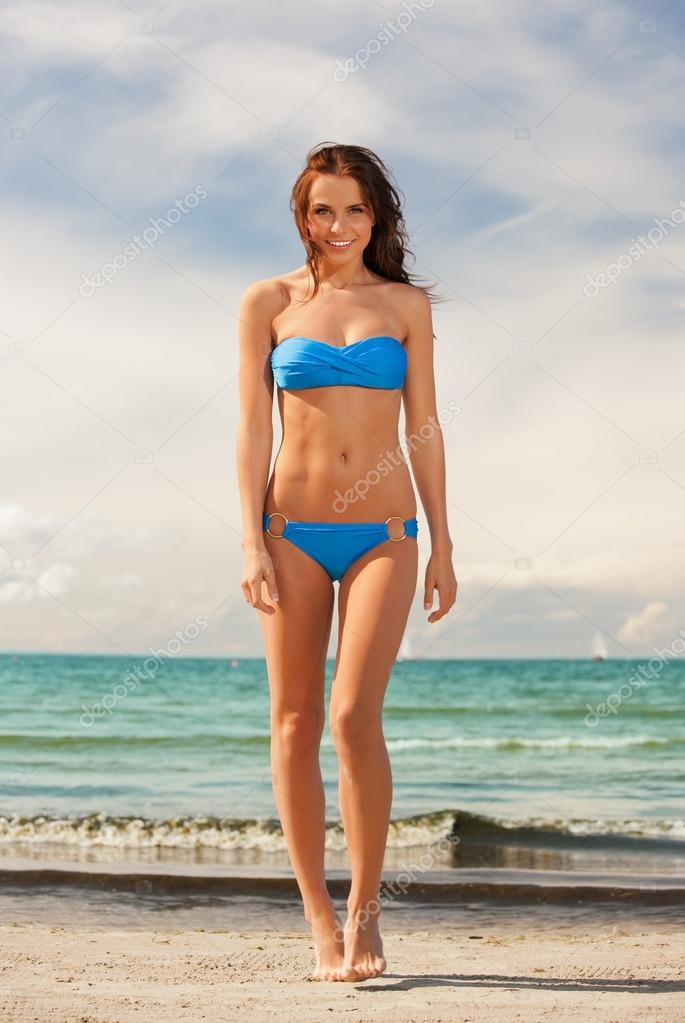 Picture of happy smiling woman walking on the beach. — Stock Photo #13181234