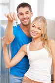 Casal feliz com chaves — Foto Stock