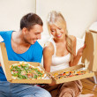 coppia romantica mangiando la pizza in casa — Foto Stock #13299994