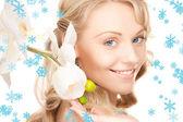 Vacker kvinna med vit blomma — Stockfoto