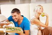 Casal comendo comida diferente — Foto Stock