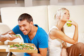Couple, manger des aliments différents — Photo