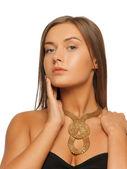 Vacker kvinna med halsband — Stockfoto