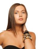 Mooie vrouw met armbanden — Stockfoto
