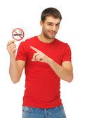Mannen i röd tröja med rökning förbjuden-skylt — Stockfoto