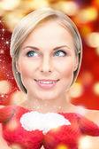 Mulher bonita em luvas vermelhas com neve — Foto Stock