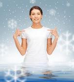 Adolescente feliz y despreocupada en el agua — Foto de Stock