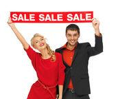 Mann und Frau mit Verkauf-Schild — Stockfoto