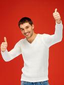человек в теплый свитер, показывает палец вверх — Стоковое фото