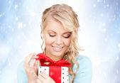 Glückliche frau mit geschenk-box — Stockfoto