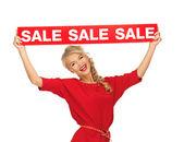 売却の記号と真っ赤なドレスで素敵な女性 — ストック写真