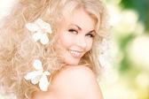 женщина с цветами в волосах — Стоковое фото