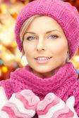 красивая женщина в шляпе, глушитель и варежки — Стоковое фото