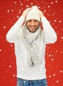 Knappe man in warme trui, muts en sjaal — Stockfoto