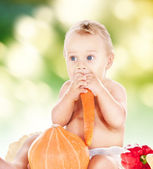 Baby boy with vegetables — Stockfoto